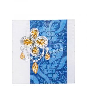 diamond and gold four-leaf clover brooch with blue and white decorative background